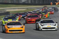 #180 Kessel Racing Ferrari 458: Гаутам Сингания едет впереди
