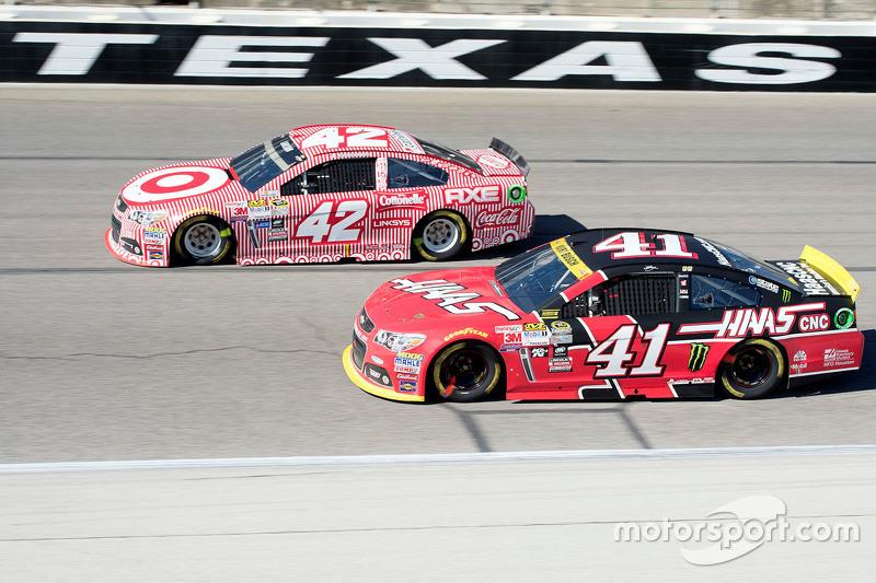 Kyle Larson, Chip Ganassi Racing Chevrolet and Kurt Busch, Stewart-Haas Racing Chevrolet