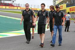 Sergio Perez, Sahara Force India F1 camina en el circuito con su equipo