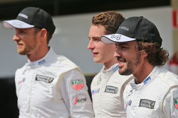 Jenson Button, McLaren con Stoffel Vandoorne, McLaren Piloto de Prueba y de Reserva y Fernando Alons