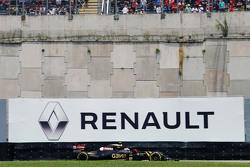 Пастор Мальдонадо, Lotus F1 E23 на фоне логотипа Renault