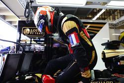 Romain Grosjean, Lotus F1 E23 porte un brassard tricolore en hommage aux victimes des attentats de Paris
