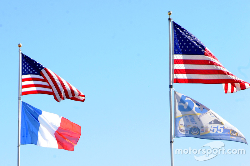 Michael Waltrip Racing підняли французьский прапор на вшанування жертв терористичних актів в Парижі