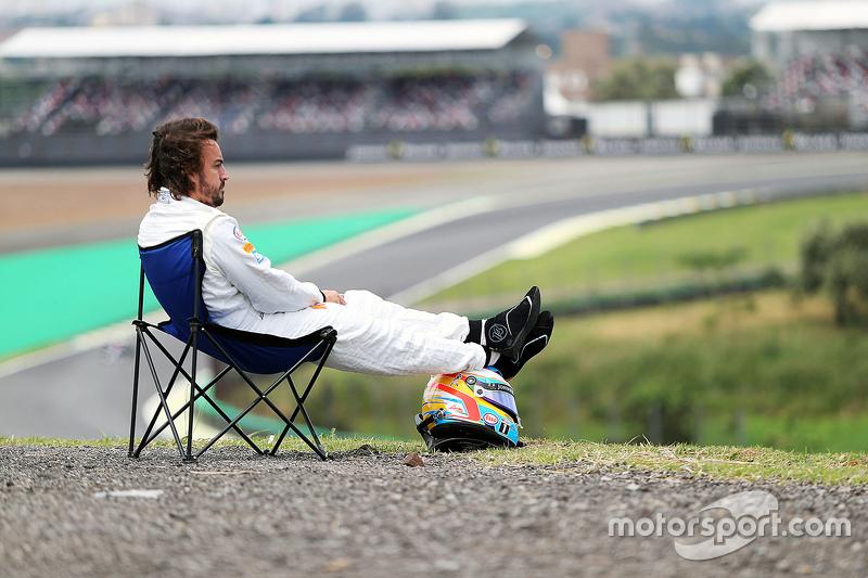 Fernando Alonso, McLaren MP4-30 después de abandonar la Q1, toma un descanso en el circuito