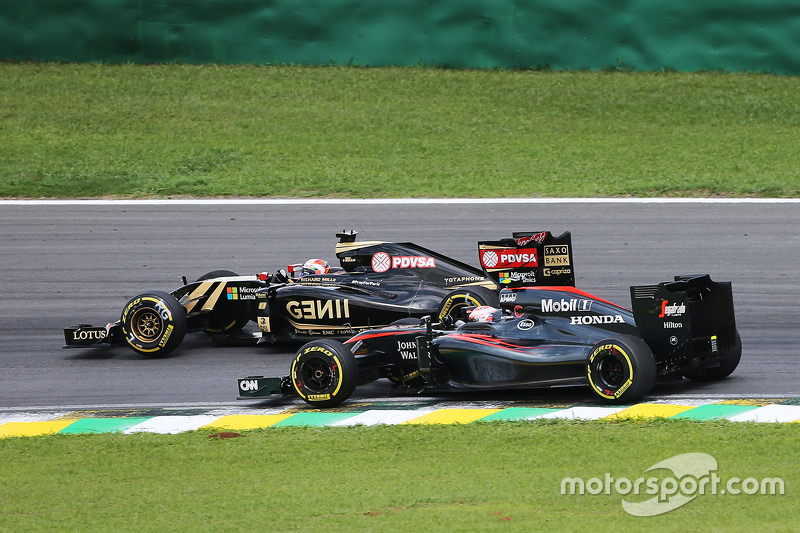 Romain Grosjean, Lotus F1 E23, und Jenson Button, McLaren MP4-30, im Zweikampf