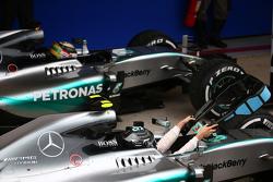 Tweede plaats Lewis Hamilton, Mercedes AMG F1 W06, met winnaar Nico Rosberg, Mercedes AMG F1 W06