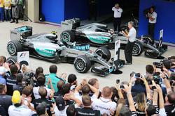 Winnaar Nico Rosberg, Mercedes AMG F1 W06 en Lewis Hamilton, Mercedes AMG F1 W06 in parc fermé