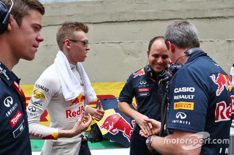 Daniil Kvyat, Red Bull Racing, mit Gianpiero Lambiase, Red Bull Racing, Ingenieur, und Jonathan Wheatley, Red Bull Racing, Teammanager, in der Startaufstellung