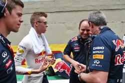 Даниил Квят, Red Bull Racing и Джанпьеро Ламбьязе, гоночный инженер Red Bull Racing и Джонатан Уитли, менеджер команды Red Bull Racing на стартовой решетке