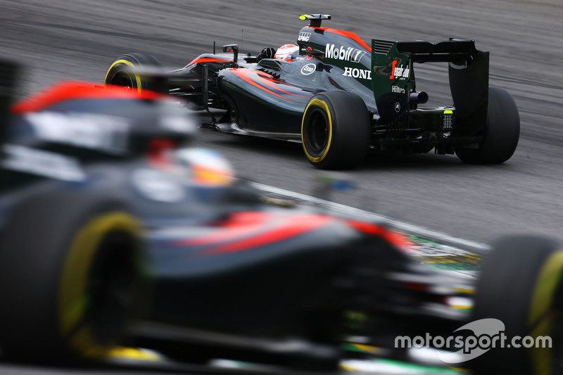 Jenson Button, McLaren MP4-30 lidera a Fernando Alonso, McLaren MP4-30