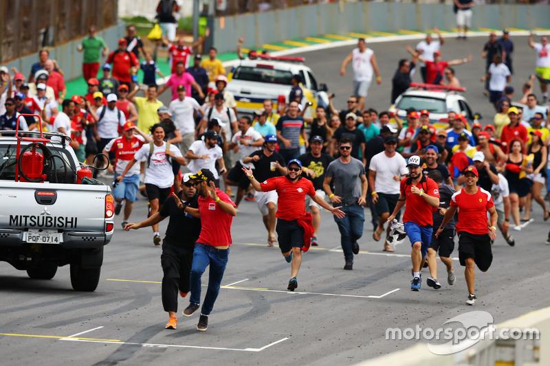 Fans stürmen die Strecke nach dem Rennen