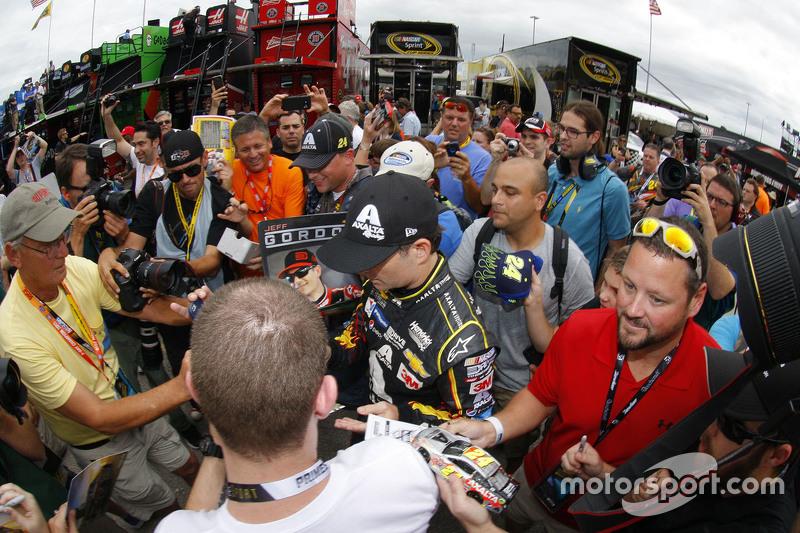 Jeff Gordon, Hendrick Motorsports Chevrolet, schreibt Autogramme für die Fans an seinem letzten Rennwochenende