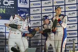 Podio: en general los ganadores Romain Dumas, Neel Jani, Marc Lieb, equipo de Porsche, tercer lugar
