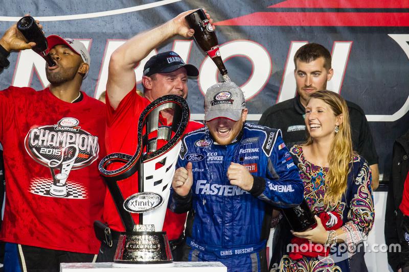 Championship victory lane: NASCAR XFINITY Series 2015 champion Кріс Бюшер, Roush Fenway Racing Ford celebratres з шампанським
