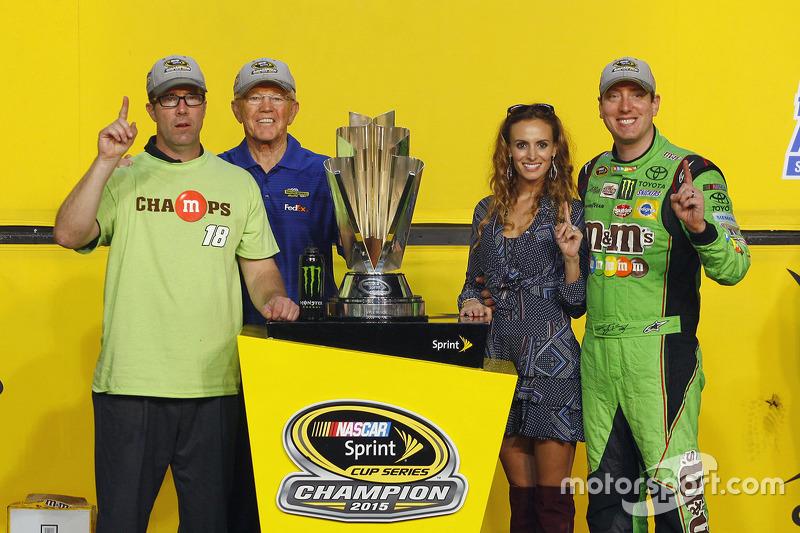 Victory-Lane: Champion NASCAR Sprint-Cup 2015, Kyle Busch, Joe Gibbs Racing, mit Frau Samantha, J.D.