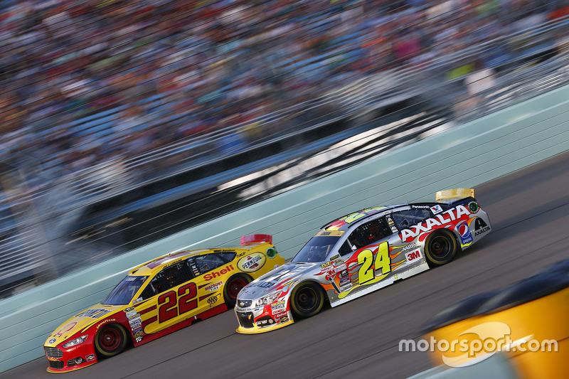 Joey Logano, Team Penske Ford; Jeff Gordon, Hendrick Motorsports Chevrolet