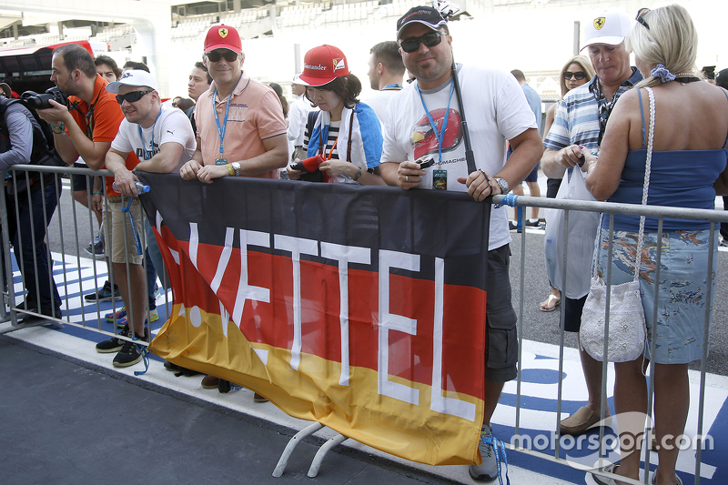 Sebastian Vettel, Ferrari, Fans und Flaggen