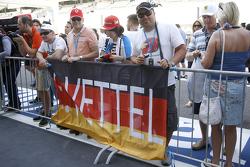 Sebastian Vettel, Ferrari fans y banderas