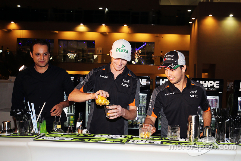 Nico Hülkenberg, Sahara Force India F1, und Sergio Perez, Sahara Force India F1 mixen Cocktails