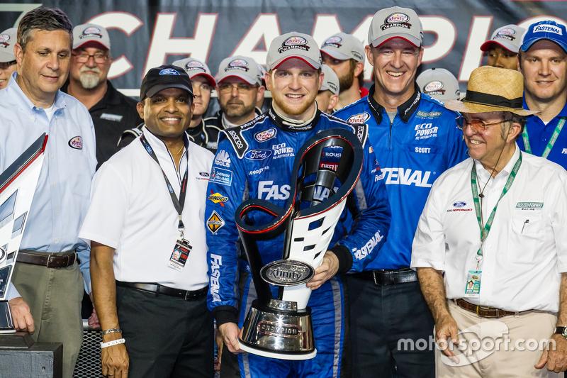 Championship victory lane: NASCAR XFINITY Series 2015 champion Кріс Бюшер, Roush Fenway Racing Ford celebratres з Jack Roush та his team
