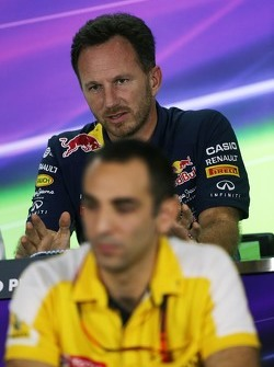 Christian Horner, Red Bull Racing teambaas Cyril Abiteboul, Renault Sport F1 Managing Director in de FIA persconferentie