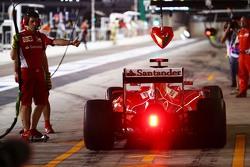 Sebastian Vettel, Ferrari SF15-T in de pits