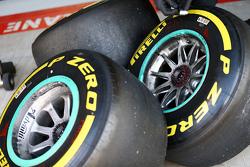 Шины Pirelli в боксах Mercedes AMG F1