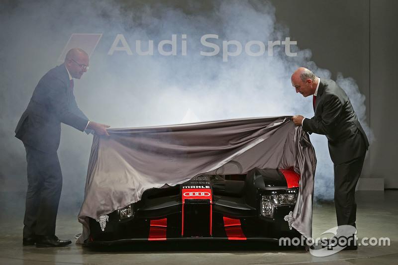 Chris Reinke, baas van Audi's LMP-divisie, en Dr. Wolfgang Ullrich onthullen de 2016 Audi R18 e-tron quattro