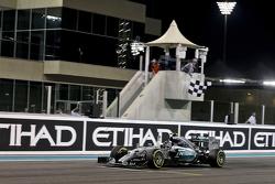 Победитель гонки - Нико Росберг, Mercedes AMG F1 W06 празднует победу во время пересечения финишной прямой