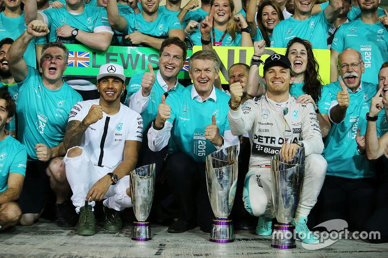 El ganador, Nico Rosberg, Mercedes AMG F1 celebra con Lewis Hamilton, Mercedes AMG F1 y el equipo