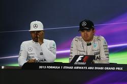 Второе место - Льюис Хэмилтон, Mercedes AMG F1 и победитель гонки - Нико Росберг, Mercedes AMG F1 на пресс-конференции FIA