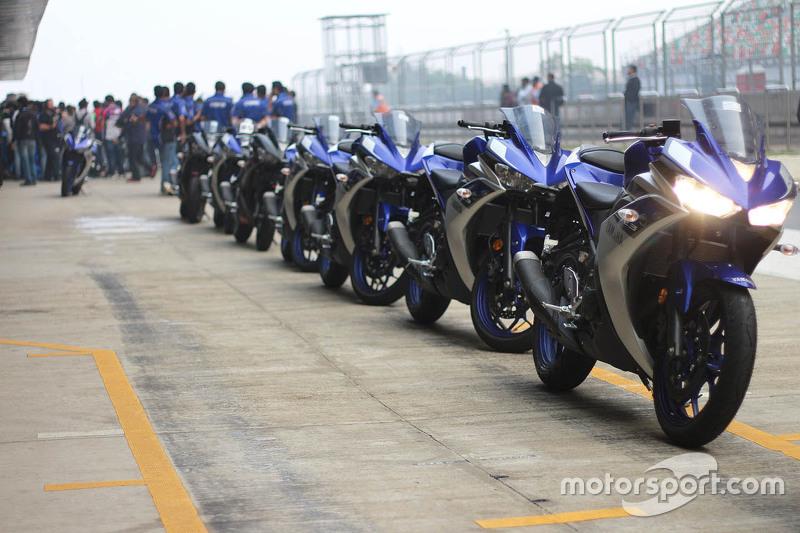 Yamaha YZF-R3 en el pit lane
