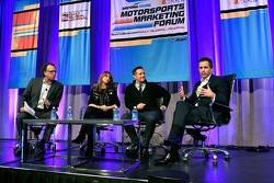 Abe Madkour, Redaktionsleiter SportsBusiness Journal, Schauspielerin Roma Downey und ihr Mann Mark Burnett, Produzent, verfolgen wie NASCAR-Vizepräsident für Entertainment, Marketing & Content Development Zane Stoddard beim NASCAR-Forum in Daytona spricht
