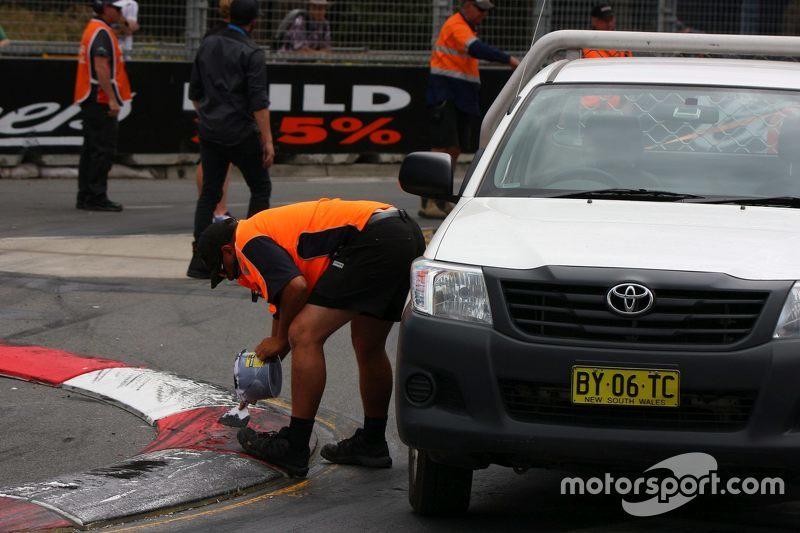 Arbeiter reparieren die Strecke