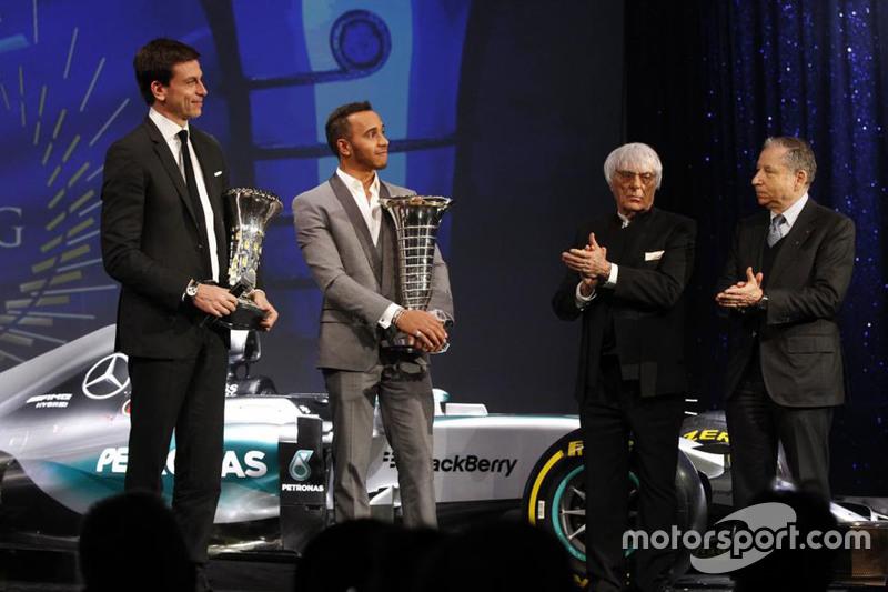 世界一级方程式锦标赛年度冠军刘易斯·汉密尔顿与托托·沃尔夫(代表梅赛德斯AMG 领取制造商世界冠军奖杯)分别从FIA主席让·托德、FOM总裁伯尼·埃克莱斯通手中接过奖杯