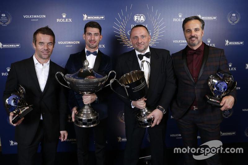 El equipo Citroen recibe sus premios por dominar el WTCC, con el piloto campeón José María López, y sus compañeros Sébastien Loeb y Yvan Muller, así como el jefe de equipo Yves Matton.