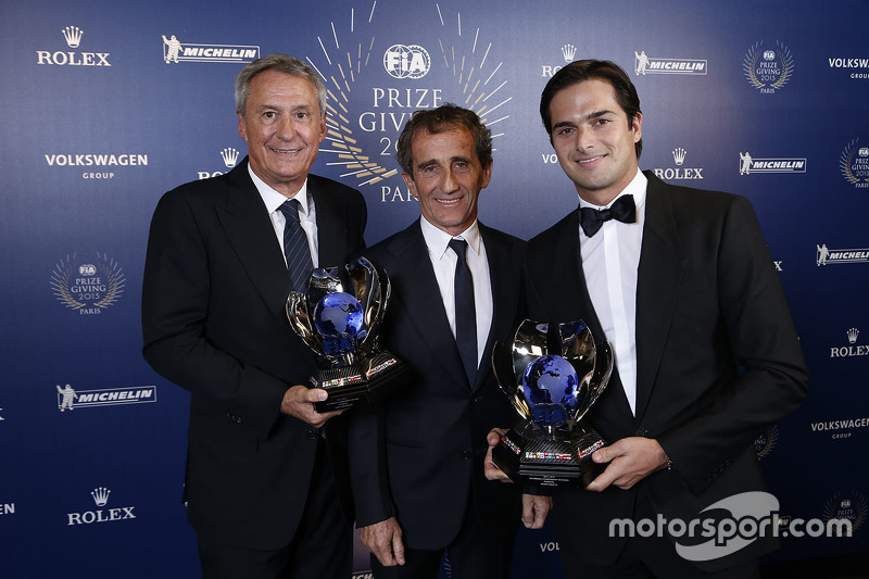 Nelson Piquet Jr, obtiene en sus manos el trofeo del campeón de la Fórmula E inaugural, acompañado aquí de Alain Prost y Jean-Paul Driot, representando a los campeones del equipo eDAMS.