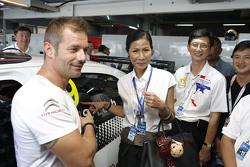 Кобкарн Ваттанавранкул, министр туризма и спорта и Себастьен Лёб, Citroën C-Elysee WTCC, Citroën World Touring Car team