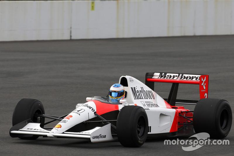Fernando Alonso dirige o McLaren Honda MP4/6 de 1991