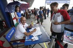 Габриэле Тарквини, Honda Racing Team JAS раздает автографы