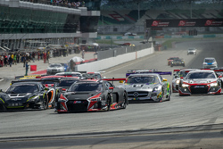 Start: #17 Audi Sport Team WRT, Audi R8 LMS: Stuart Leonard, Stéphane Ortelli, Laurens Vanthoor, in Führung