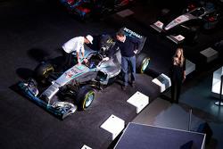 Lewis Hamilton y Ola Kaellenius