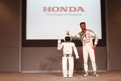 """Tiago Monteiro, Honda Racing Team JAS, mit Roboter """"Asimo"""""""
