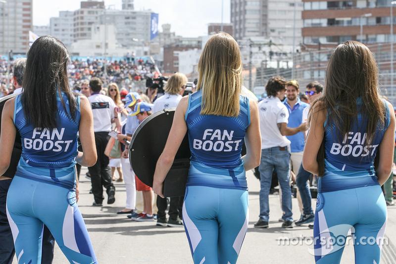 Chicas #FanBoost en el Paddock