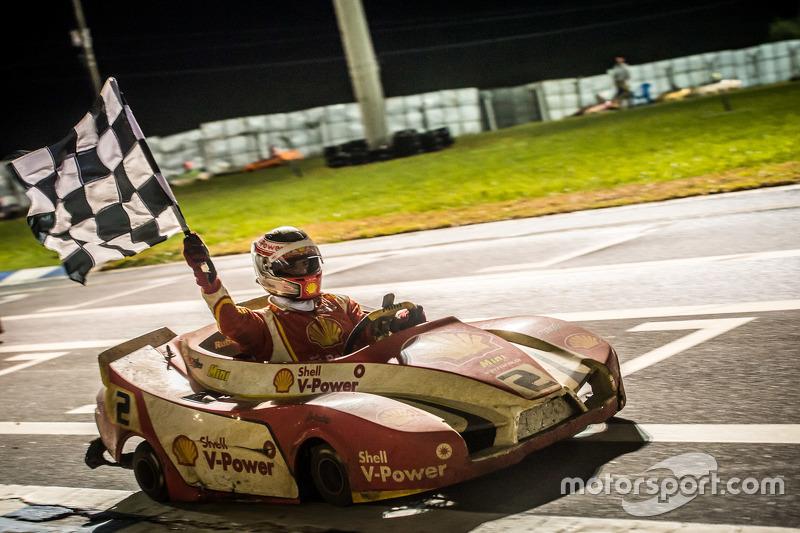 Dennis Dirani comemora a vitória do kart #2