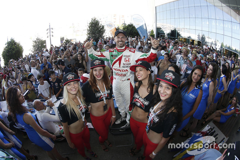 Tiago Monteiro, Honda Racing Team JAS bersama grid girl
