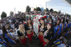 Tiago Monteiro, Honda Racing Team JAS bersama grid girl