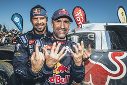Winnaar van het autoklassement Stéphane Peterhansel met teamgenoot Cyril Despres, Peugeot Sport