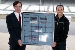 Helio Castroneves, el equipo Penske Chevrolet recibe un pedazo de la esgrima de IMS