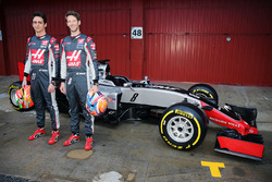 Esteban Gutierrez (Haas F1 Team) és Romain Grosjean (Haas F1 Team) unveil the Haas VF-16